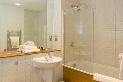 Окном дизайн ванной комнаты с окном